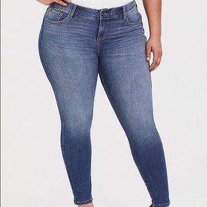 Torrid bombshell skinny jeans medium wash size 24